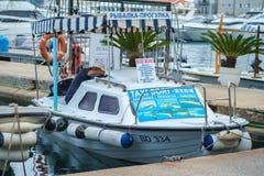 有它的渔船和汽艇的Budva's小游艇船坞 免版税库存图片