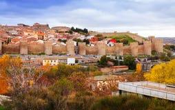 有它的著名镇墙壁的阿维拉在秋天 图库摄影