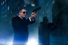 有安全听筒和枪的保镖在手上 图库摄影