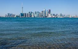 从有安大略湖的海岛看的多伦多地平线 免版税库存图片