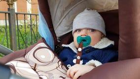 有安慰者的男婴在婴儿推车 股票录像
