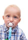 有安慰者的逗人喜爱的白肤金发的蓝眼睛的小男孩 库存图片