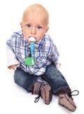 有安慰者的逗人喜爱的白肤金发的蓝眼睛的小男孩 库存照片