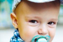 有安慰者的婴孩 免版税库存照片