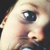 有安慰者的婴孩 免版税库存图片