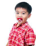 有安慰者的年轻男孩在嘴 库存图片
