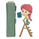 有安置它的书的女孩在书架 免版税库存图片