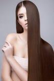 有完全光滑的头发和经典构成的美丽的深色的女孩 秀丽表面 库存照片