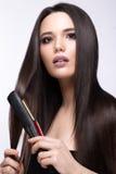 有完全光滑的头发,卷曲和经典构成的美丽的深色的女孩 秀丽表面 库存图片