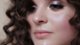 有完全卷发的美丽的深色的女孩和摆在演播室的经典构成 秀丽表面 股票视频