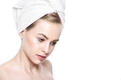 有完善的在毛巾包裹的皮肤和她的头发的美丽的年轻白肤金发的妇女 整容术、秀丽和温泉概念 库存照片