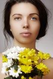 有完善的干净的发光的皮肤的美丽的少妇,与春天的自然时尚构成开花 特写镜头妇女,新温泉神色 库存图片