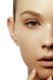 有完善的干净的发光的皮肤的美丽的少妇,自然启远地 免版税图库摄影