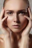 有完善的干净的发光的皮肤的,自然时尚构成美丽的少妇 特写镜头妇女,新温泉神色 免版税库存图片