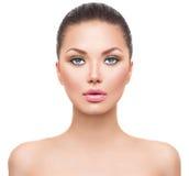 有完善的干净的皮肤的美丽的温泉模型女孩 库存图片