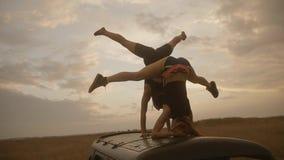 有完善的平衡的两年轻女人在手倒立和headstand位置 影视素材