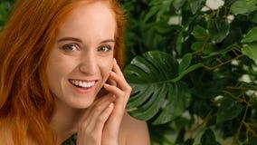 有完善的微笑的年轻女人有在绿色自然背景 免版税库存照片