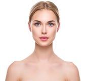 有完善的新鲜的干净的皮肤的美丽的温泉女孩 库存图片