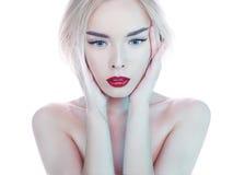 有完善的构成红色嘴唇的美丽的白肤金发的妇女 库存图片