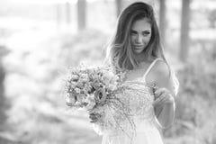 有完善的皮肤和惊人的嫉妒的美丽的时尚新娘在森林里 库存照片
