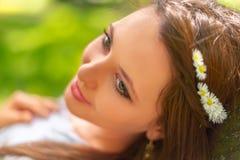 有完善的皮肤和构成的年轻美女在春天公园风景摆在 华美妇女户外享用 免版税库存图片
