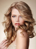 有完善的皮肤和流动的白肤金发的健康头发的老练妇女 免版税库存图片