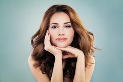 有完善的皮肤和红色卷曲发型的微笑的式样妇女 免版税库存图片