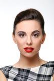 有完善的皮肤和红色唇膏的美丽的女孩 库存照片