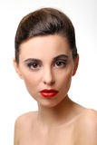 有完善的皮肤和红色唇膏的美丽的女孩 免版税库存图片