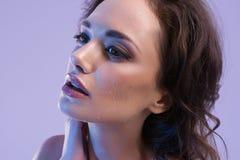 有完善的皮肤和蓝色轻的秀丽演播室画象的美丽的妇女 免版税库存照片