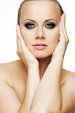 有完善的皮肤和金发的美丽的妇女。 免版税库存照片