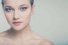 有完善的皮肤和面孔的美丽的少妇 免版税库存图片
