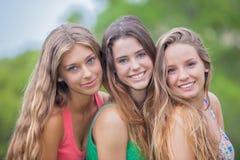 有完善的皮肤牙的美丽女孩和har 免版税库存图片