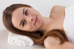 有完善的皮肤的妇女在美容院 免版税库存图片