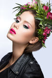 有完善的皮肤的美丽的女孩和在她的头的明亮的花卉花圈 免版税库存图片