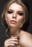 有完善的皮肤的美丽的女孩,平衡构成,婚姻的发型 秀丽表面 免版税图库摄影