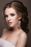 有完善的皮肤的美丽的白肤金发的女孩,平衡构成、婚姻的发型和辅助部件 秀丽表面 免版税库存图片