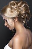 有完善的皮肤的美丽的白肤金发的女孩,平衡构成,婚姻的发型 秀丽表面 库存图片