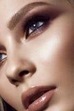 有完善的皮肤的,五颜六色的构成美丽的女孩,平衡发型 秀丽表面 库存图片