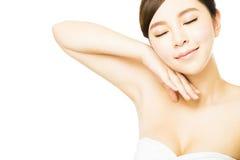有完善的皮肤的年轻美丽的妇女和腋窝关心 免版税库存图片