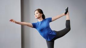 有完善的舒展的显示的瑜伽姿势的灵活的活跃年轻亚裔妇女 股票视频