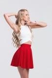 有完善的身体的女孩在白色背景的红色裙子 库存图片