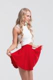 有完善的身体的女孩在白色背景的红色裙子 免版税库存照片