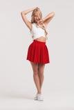 有完善的身体的女孩在白色背景的红色裙子 图库摄影