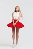 有完善的身体的女孩在白色背景的红色裙子 免版税图库摄影