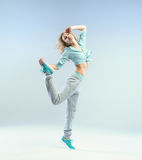 有完善的身体的跳跃的运动员妇女 库存图片