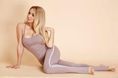 有完善的运动员形象的舞蹈性感的美丽的白肤金发的妇女 免版税库存照片
