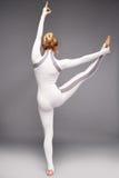 有完善的运动员白肤金发的健康亭亭玉立的形象的美丽的年轻性感的妇女 图库摄影