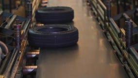 有完成的轮胎的传送带在工厂 股票录像