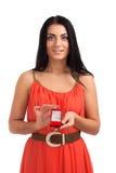 有定婚戒指的少妇在配件箱 库存照片